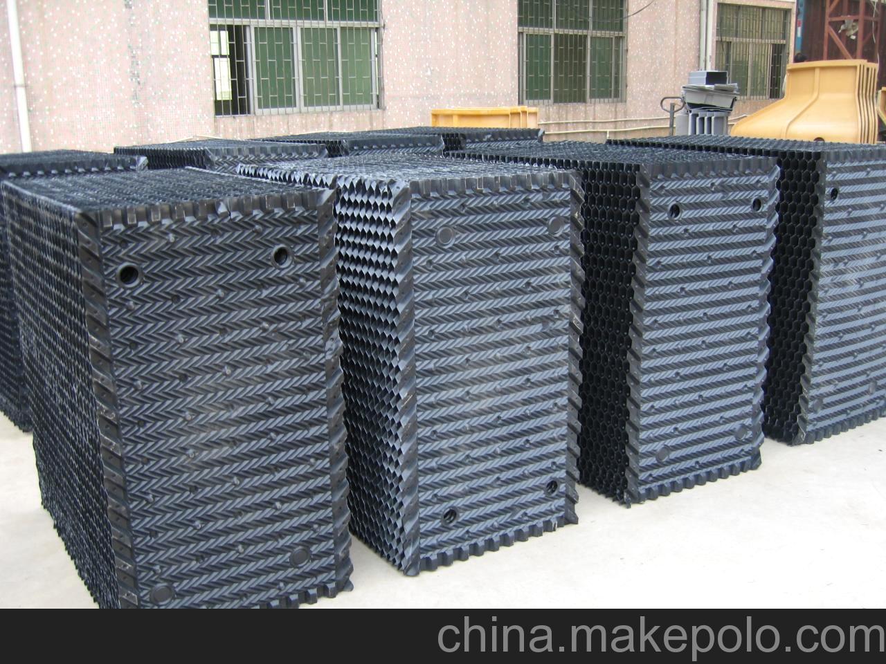 河北宏润玻璃钢有限公司 联系人 :仝彪 电话 :0318-8588718 手机 :13393088618 一、性能及用途 该产品结构设计新颖,亲水面积大,冷却效果好、主要用于工业逆流冷却塔、电厂双曲线水泥冷却塔。 二、规格:长度500-1000mm、宽度500mm、塑片厚度0.40-0.60mm. 蜂窝填料 一、性能及用途 本品有聚氯乙烯、聚丙烯淋水片,经加热模压成型制得塑料蜂窝填料。有无捻玻璃布作增强填料制得玻璃钢蜂窝填料。广泛应用于给排水处理的沉淀工艺中,具有适用范围广、沉淀效果佳、占地面积小等优点。